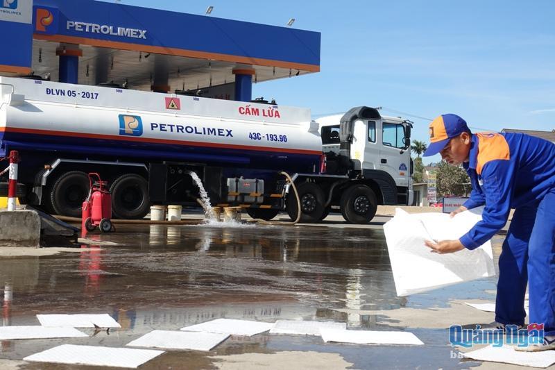 Xử lý sự cố tràn dầu tại cây xăng