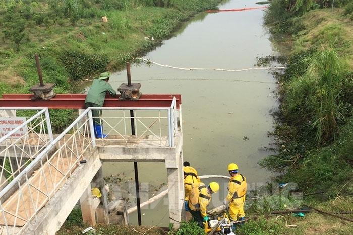 tràn dầu trên sông